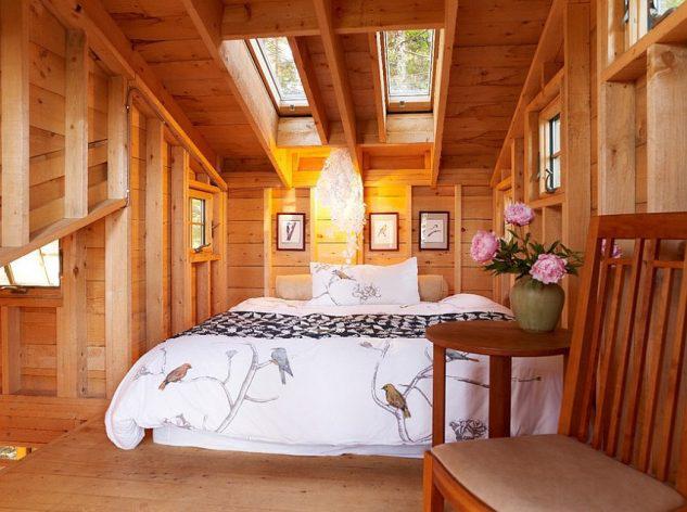 Décoration murale avec du bois dans la chambre dans le grenier