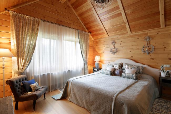 L'insonorisation est l'une des raisons pour lesquelles il vaut la peine d'utiliser du bois dans la décoration de la chambre