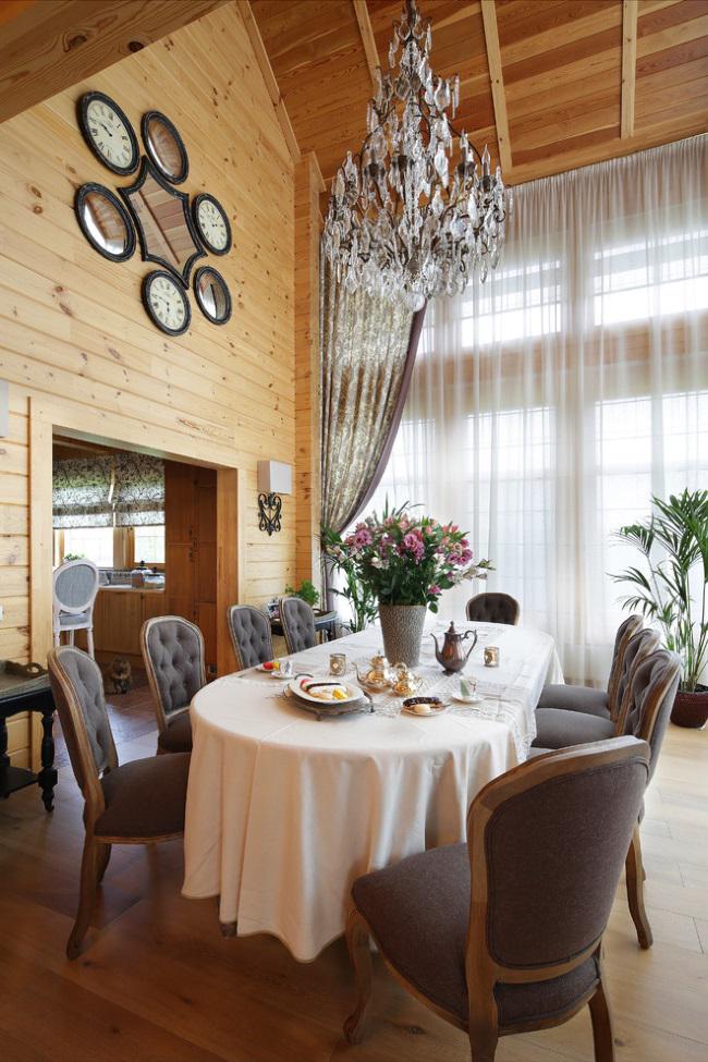 Salle à manger classique dans une maison de campagne : murs en bois, hauts plafonds et mobilier français chic