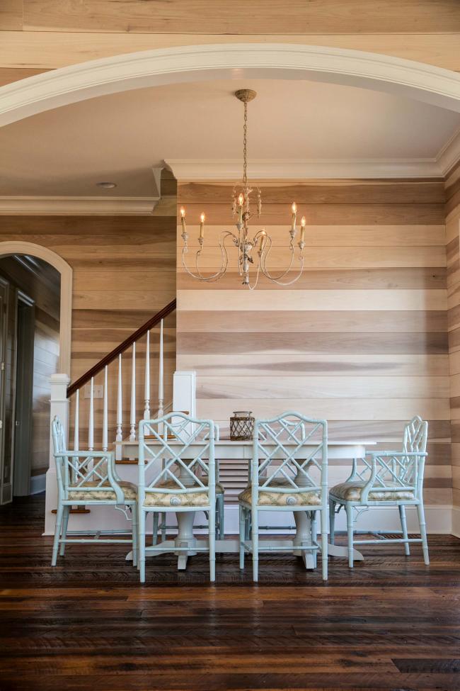 L'utilisation de plusieurs couleurs de bois à l'intérieur du salon d'une maison de campagne