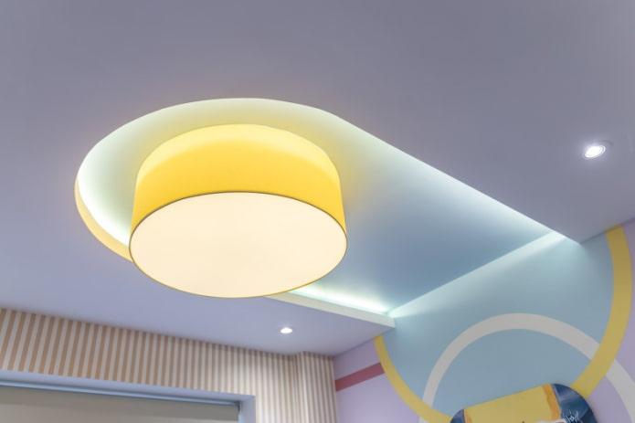 plafond flottant avec lumières allumées
