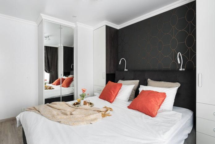 Chambre avec armoire à glace
