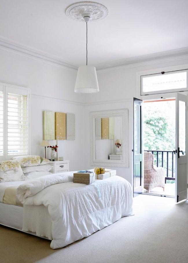 Chambre confortable blanche comme neige avec un plafond peint avec de la peinture à base d'eau