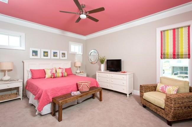Chambre lumineuse avec un plafond peint avec de la peinture à base d'eau