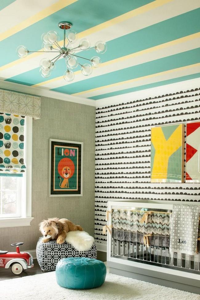 Chambre d'enfants avec un plafond peint dans une bande joyeuse avec de la peinture à base d'eau