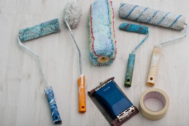 Un ensemble d'outils nécessaires pour peindre le plafond avec de la peinture à base d'eau