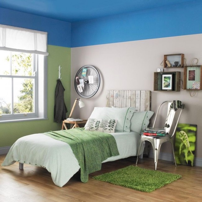 Belle chambre avec un plafond couleur ciel