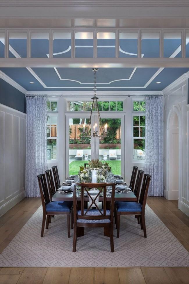 Salle à manger avec un plafond peint avec de la peinture à l'eau