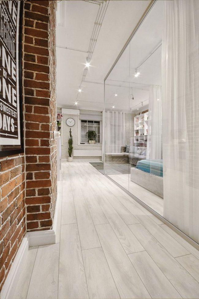 Le couloir est séparé du salon par un voilage blanc