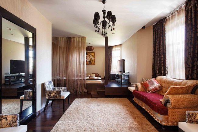 Intérieur de style classique avec zonage à l'aide de rideaux