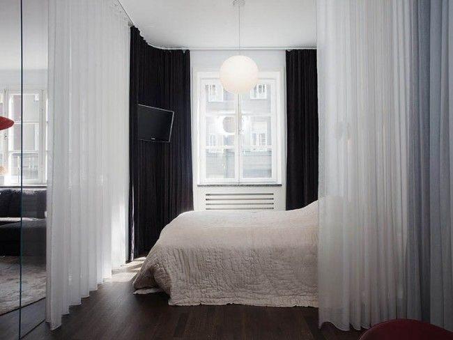 Des rideaux légers et des portes vitrées permettent le remplacement des murs et le zonage de la chambre