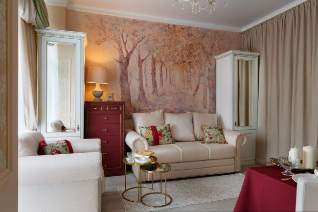 D'épais rideaux beiges de la couleur de l'intérieur du salon séparent le lieu de couchage