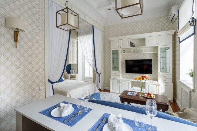 Le salon est séparé de la chambre par des rideaux classiques