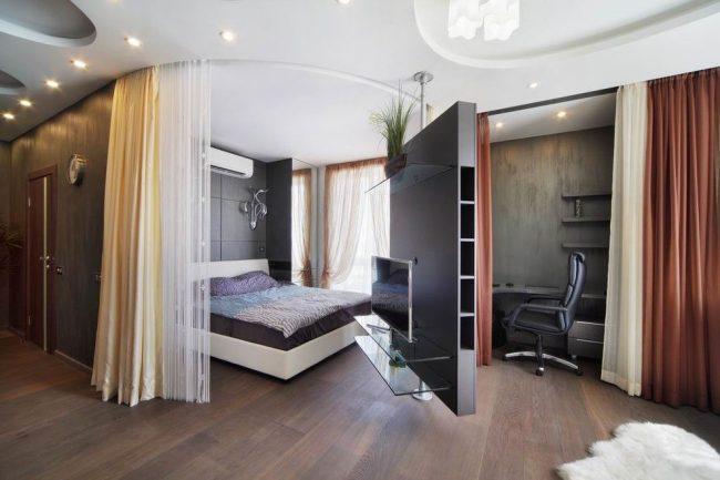 Chambre, bureau et salon séparés par des rideaux