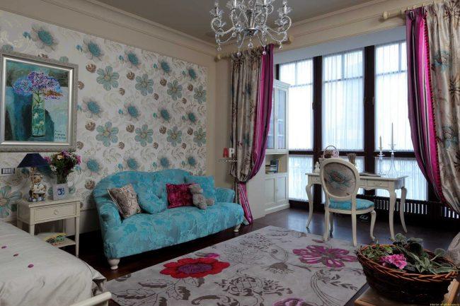 Des rideaux classiques colorés divisent l'espace d'une grande pièce