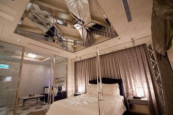 plafond en miroir à l'intérieur de la chambre