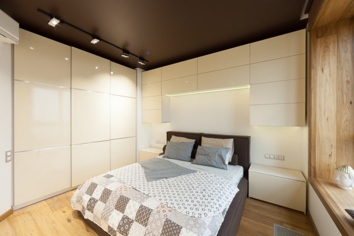 plafond satiné à l'intérieur de la chambre
