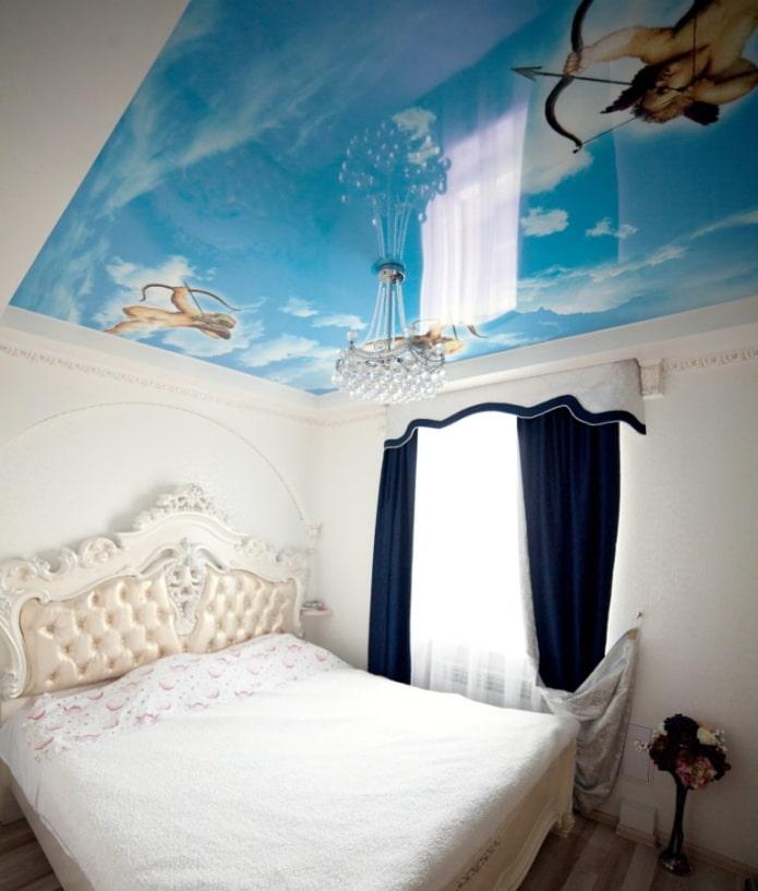 impression photo au plafond à l'intérieur de la chambre