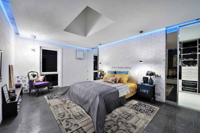 haut plafond à l'intérieur de la chambre