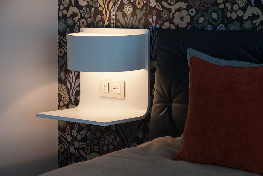 Lampe de chevet pratique avec étagère