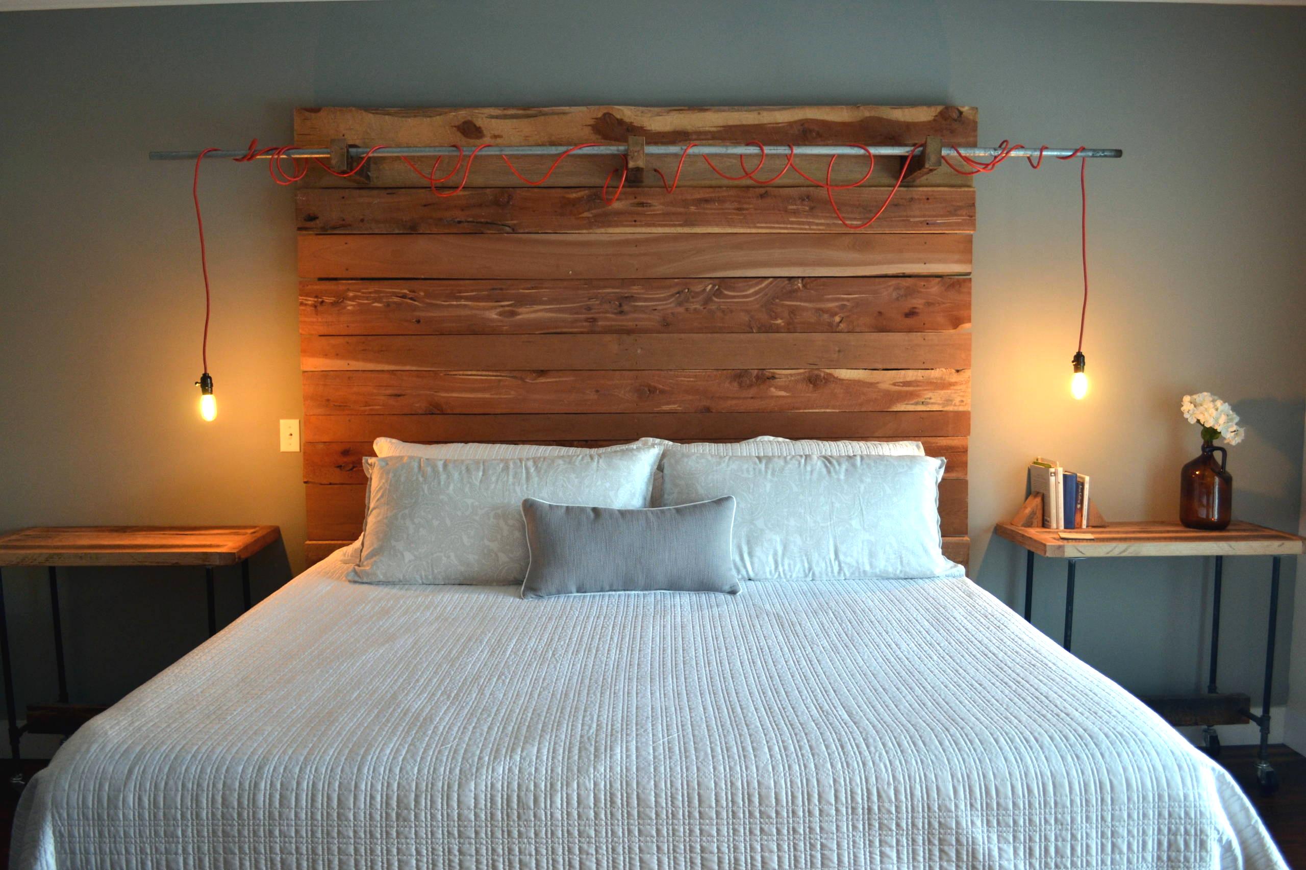 Une lampe insolite montée sur une tête de lit en bois