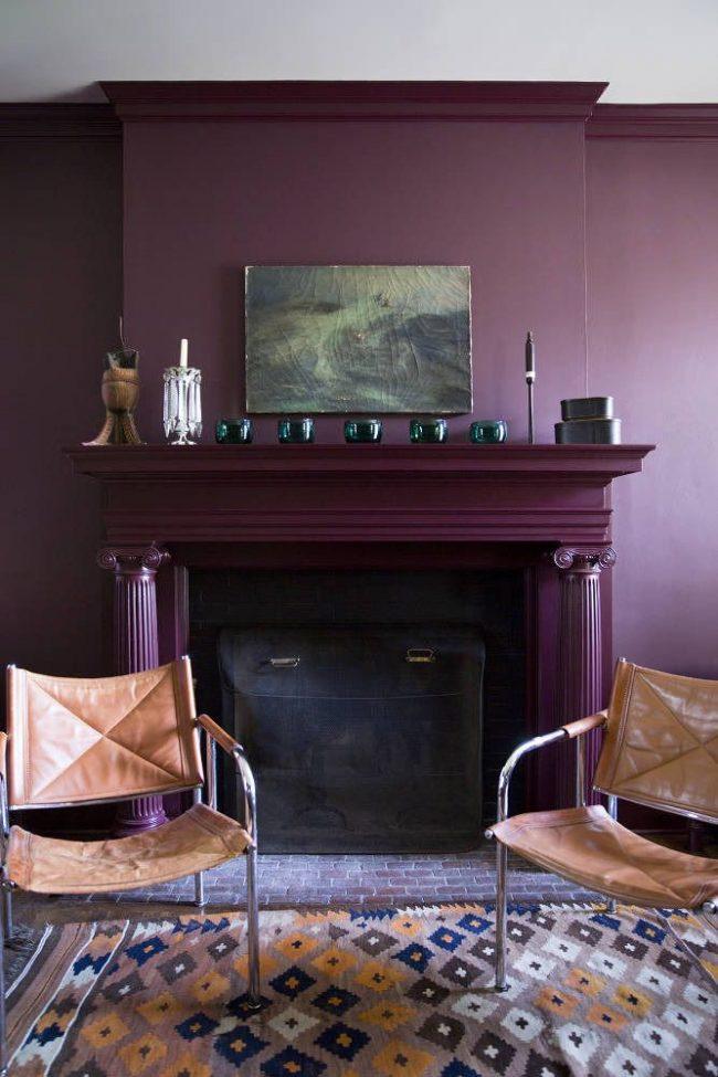 Le papier peint lilas peut être combiné avec une variété de styles pour créer l'ambiance et l'atmosphère dont vous avez besoin dans la pièce.  Sur la photo, le salon aux notes de style scandinave a l'air très cosy