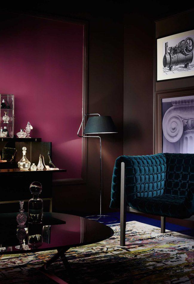 Les riches inserts de papier peint lilas dans votre bureau à domicile sont très impressionnants et ajoutent une atmosphère luxueuse