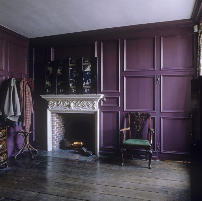Un salon très discret dans les tons lilas.  Les moulures murales ajoutent plus d'élégance à la pièce
