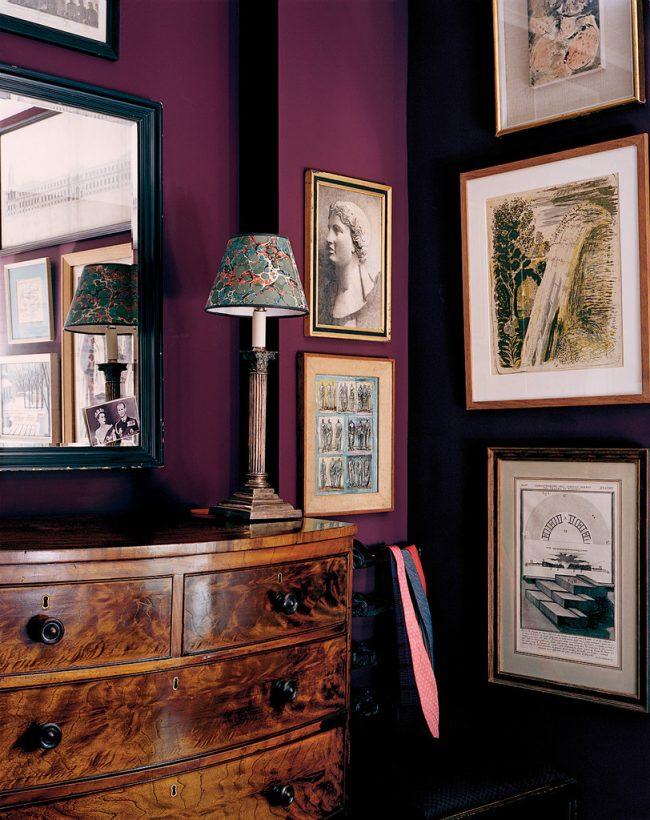 De plus, si vous décidez toujours de vous limiter au papier peint uni, vous pouvez décorer le mur avec des peintures et des photos dans des cadres qui seront très impressionnants sur un fond clair.