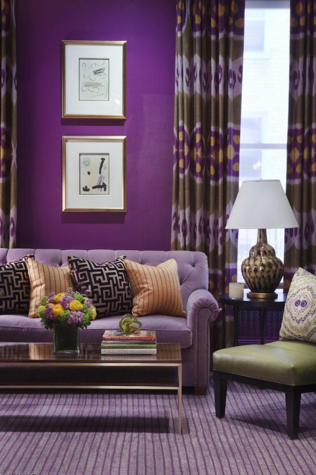 Le papier peint lilas saturé du salon peut être soutenu par un tapis et, par exemple, un grand canapé dans des tons plus clairs