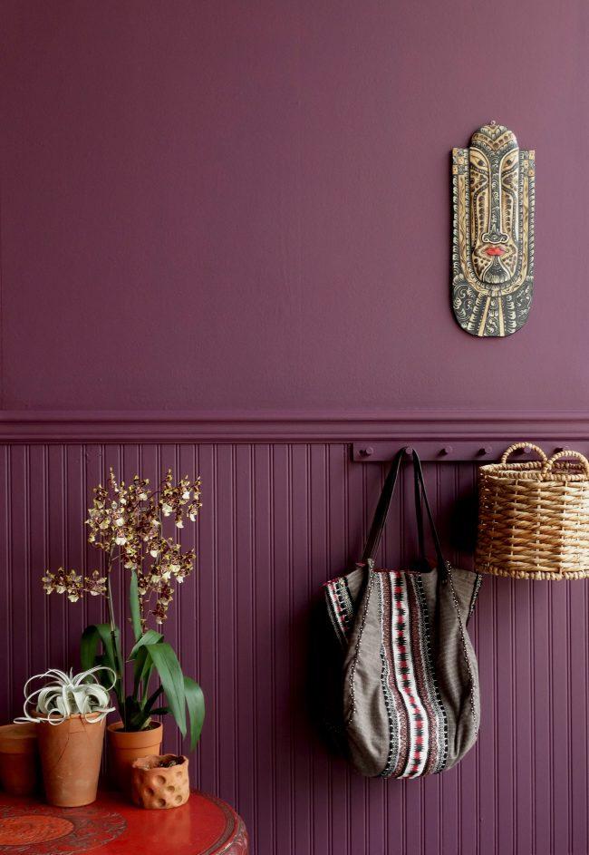 Le papier peint uni lilas se marie bien avec tous les matériaux et textures