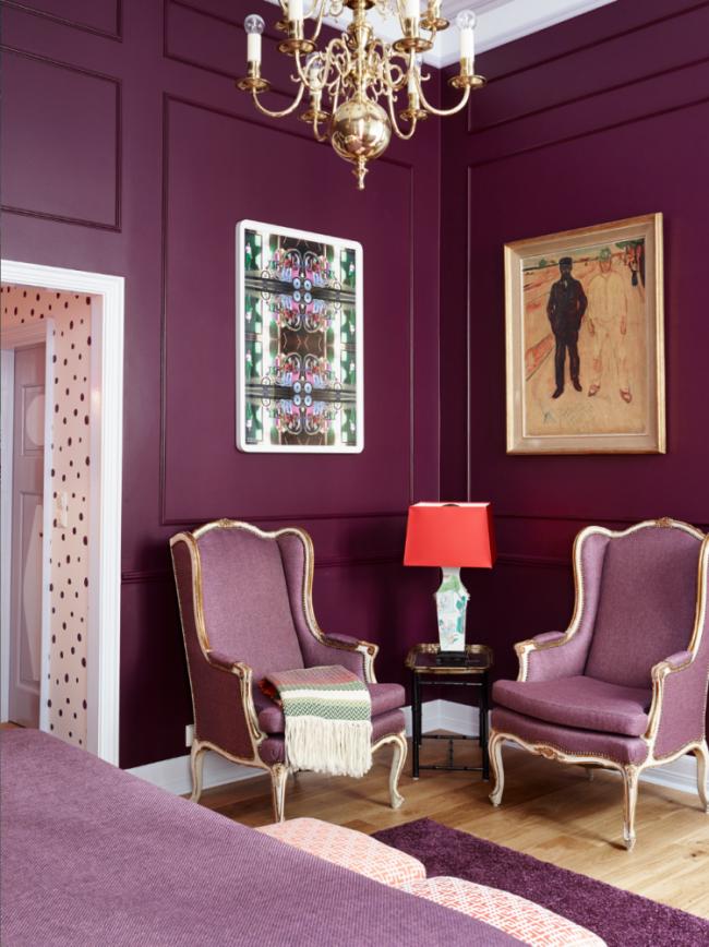 Un salon d'ambiance aux tons lilas combine parfaitement des notes classiques dans un intérieur moderne