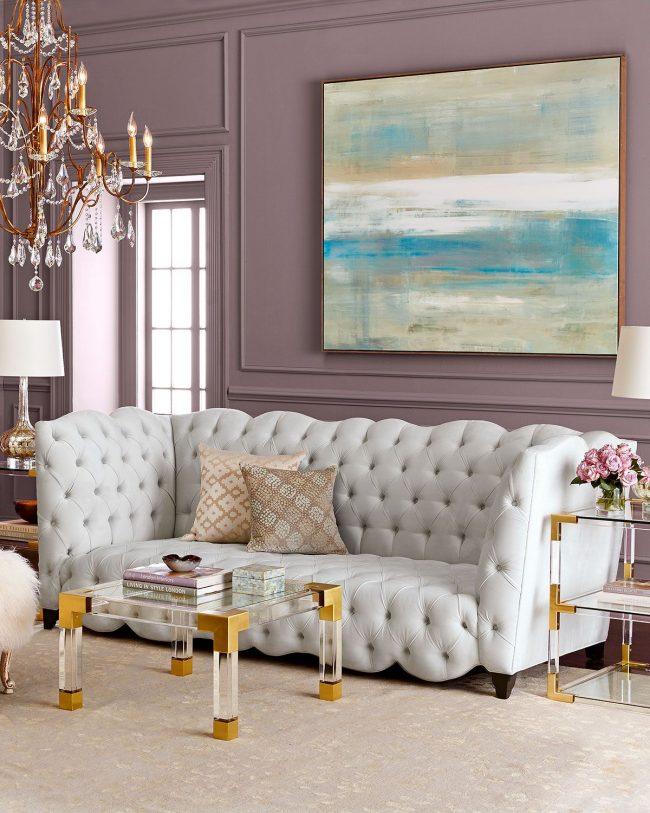 Salon spacieux avec papier peint clair dans une délicate couleur lilas