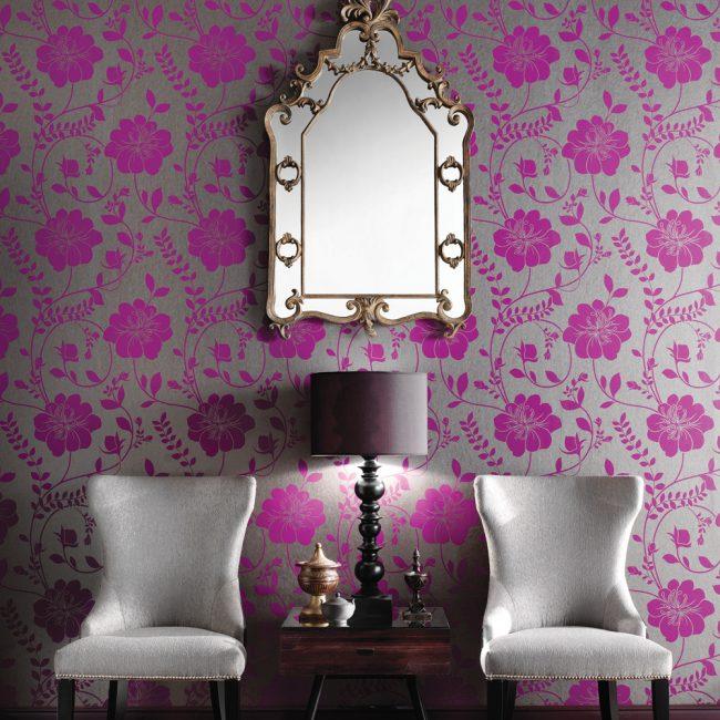 Intérieur assez discret malgré le papier peint lilas avec un imprimé floral lumineux