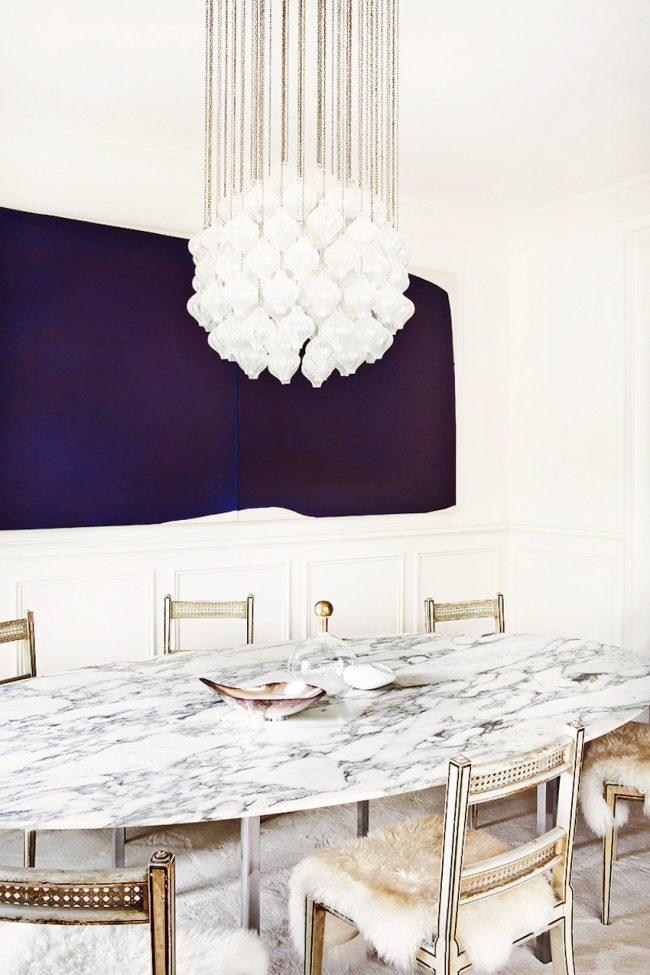 Papier peint couleur lilas très riche et incroyablement profond dans la salle à manger de la cuisine-studio blanche comme neige
