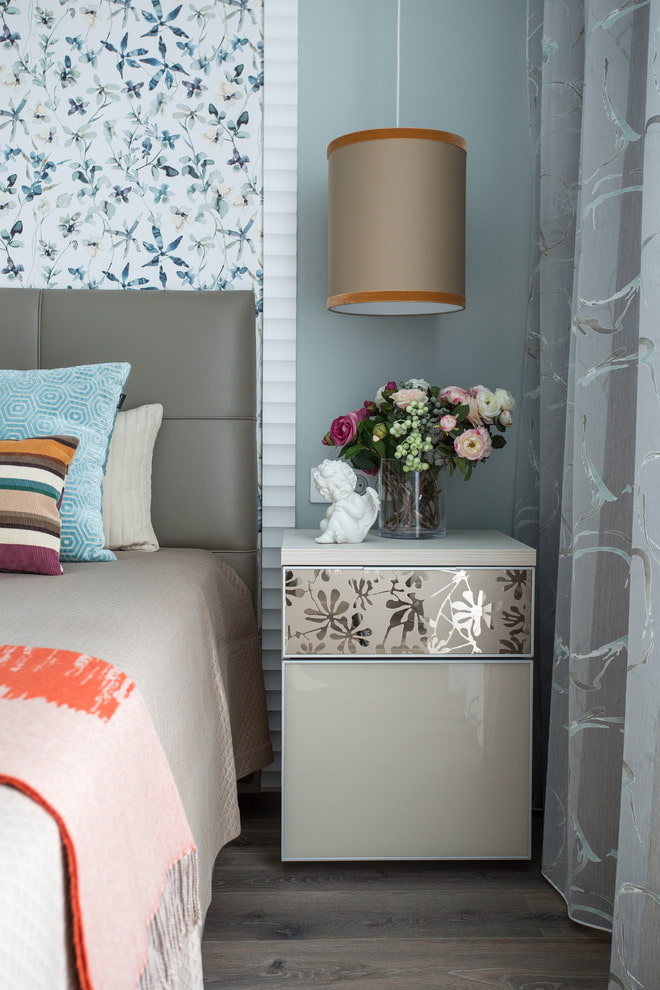 table de chevet dans la chambre