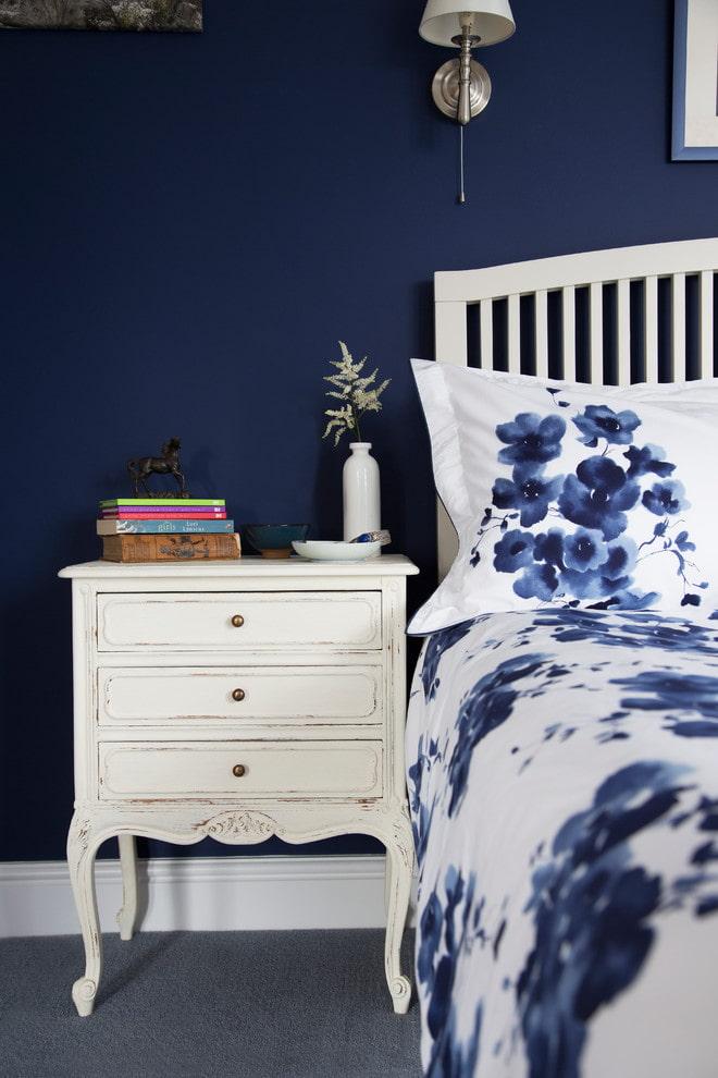 Table de chevet blanche sur fond bleu