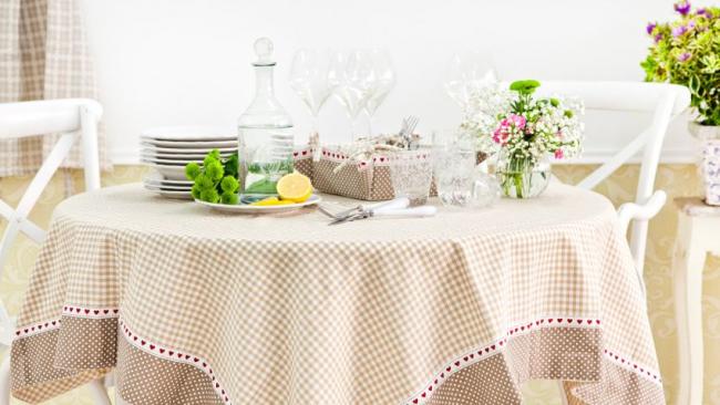 En choisissant la bonne palette de couleurs et la bonne taille de nappe pour la table, vous pouvez obtenir un effet incroyablement élégant.