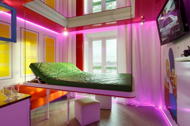 Après avoir dormi, le lit peut être relevé et il sera complètement invisible.