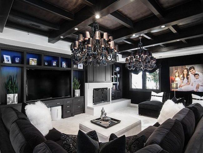 Plafond noir dans le salon avec mobilier blanc : le bon contraste