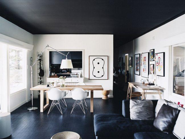 La combinaison de murs blancs et de plafond et sol noirs