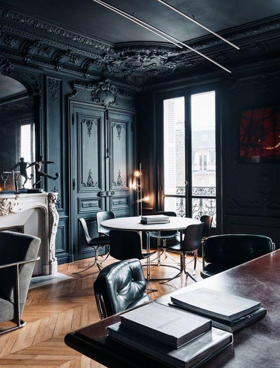 Les hauts plafonds noirs avec moulures en stuc semblent nobles et sophistiqués à l'intérieur du bureau