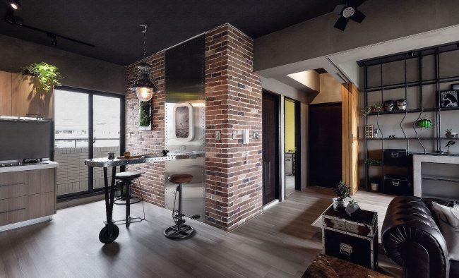 Plafond noir dans la cuisine-salon dans un style industriel