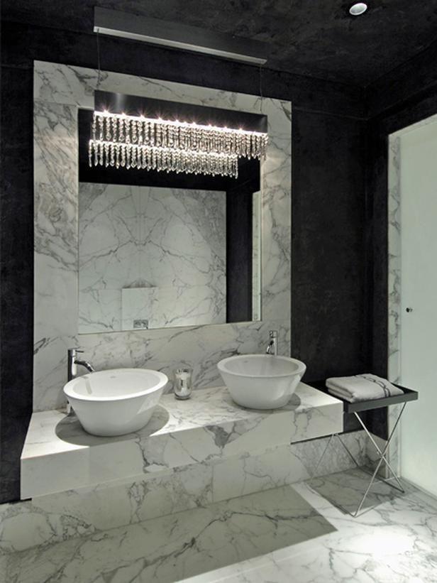 Salle de bain en marbre avec plafond noir