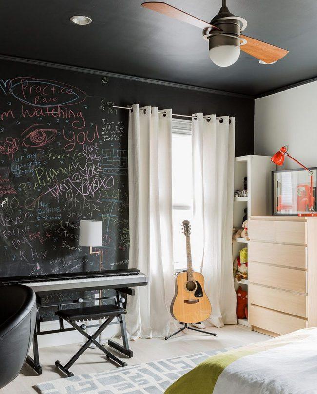 Chambre d'étudiant en noir et blanc : sol clair, mobilier et grandes baies vitrées créent des contrastes