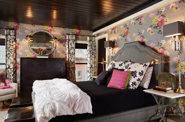 Le plafond noir avec des planches laquées foncées dans une lumière chaude semble un peu plus léger et plus romantique