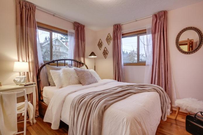 textiles à l'intérieur de la chambre dans des tons roses