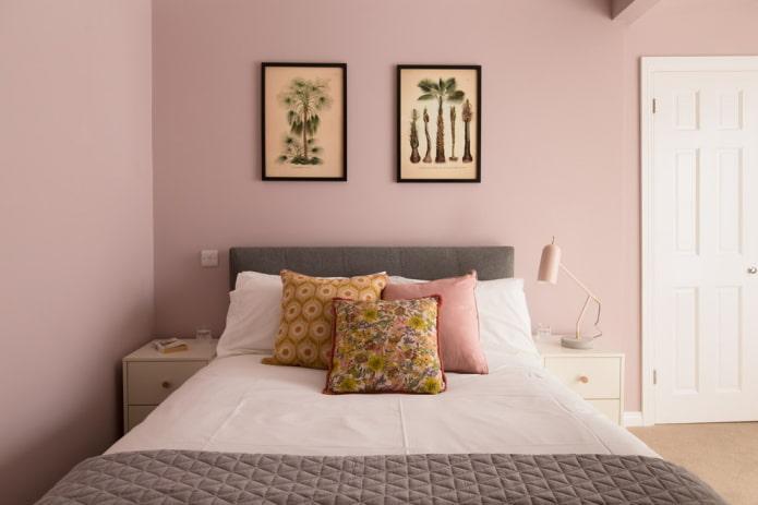 décor à l'intérieur de la chambre dans des tons roses