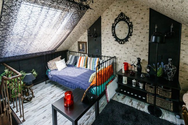 Rideaux noirs et blancs légers avec un motif sur la fenêtre de toit