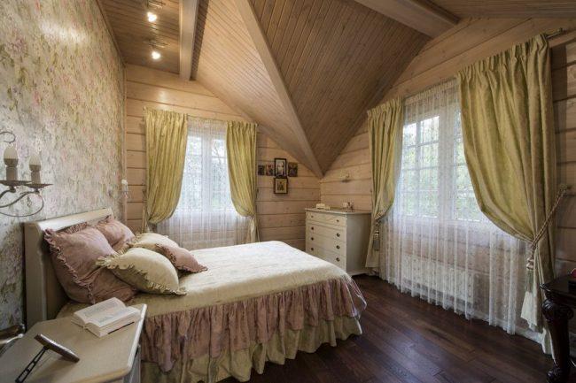 Chambre mansardée de style provençal avec rideaux dorés